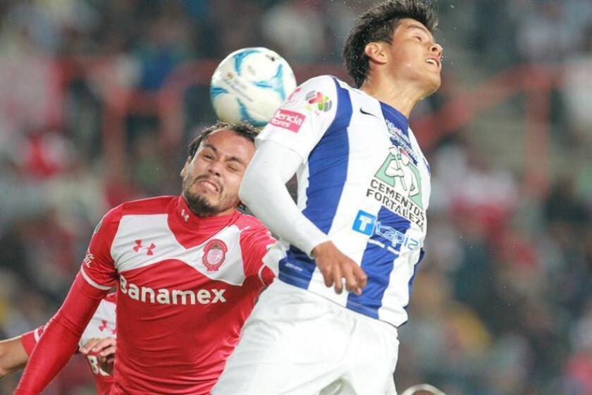 El defensa mexicano Miguel Herrera se reportó hoy con los Tiburones de Veracruz del fútbol mexicano y en sus primeras declaraciones aseguró estar en buena forma, confiado en ganarse un puesto como titular. EFE/ARCHIVO