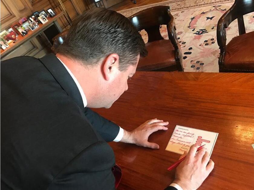 Fotografía que el alcalde de San Francisco, Mark Farrell, publicó en su cuenta de Twitter mostrándolo mientras escribía su carta de apoyo a los inmigrantes hoy, miércoles 14 de febrero de 2018. EFE/MarkFarrellSF/SOLO USO EDITORIAL/NO VENTAS