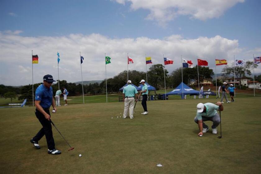 Golfistas practican en el Panama Championship de Golf 2019 en el Club de Golf de Panamá en Ciudad de Panamá (Panamá). EFE
