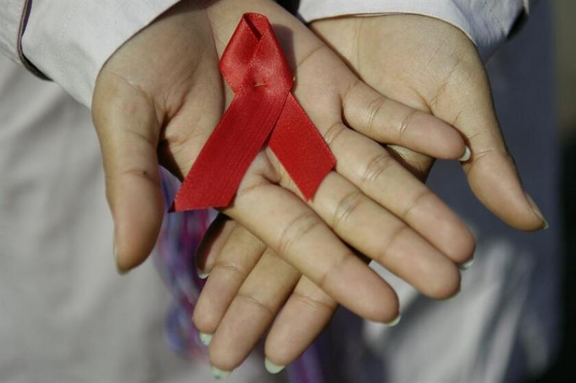 Una estudiante guatemalteca muestra el listón rojo en solidaridad con los enfermos del Sida en Guatemala. EFE/Archivo