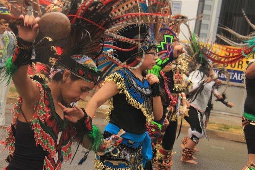 Un grupo de mujeresde origen hispano vestidos con atuendos típicos participan en el desfile en honor al inicio de las celebraciones a la Virgen de Guadalupe hoy, domingo 3 de diciembre de 2017, por las calles del centro de Houston, Texas (EE.UU.). EFE