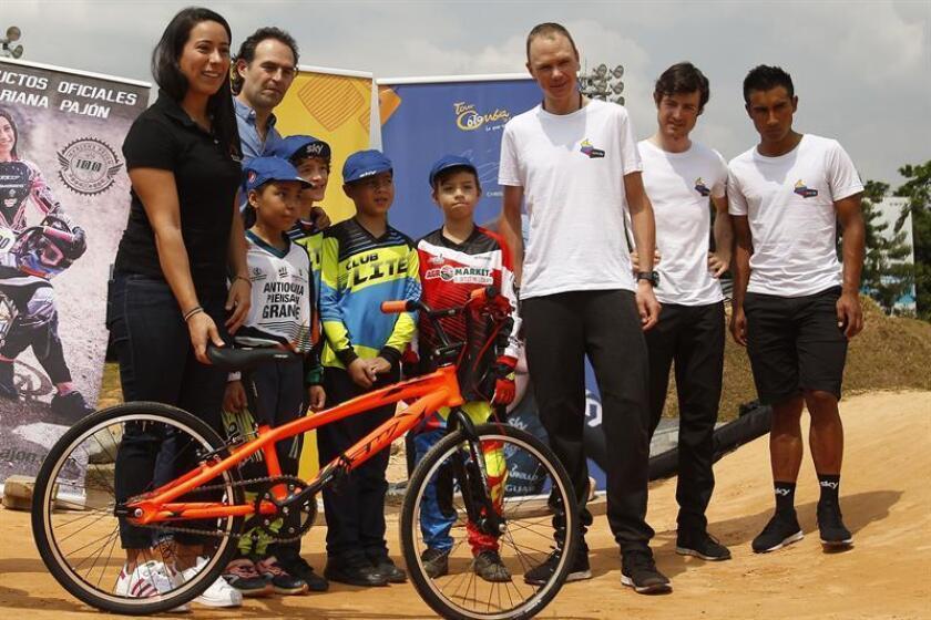 El ciclista británico Chris Froome (c), cuatro veces campeón del Tour de Francia, y la ciclista colombiana Mariana Pajón (c-i), bicampeona olímpica de BMX, junto al alcalde de Medellín, Federico Gutiérrez (2i), y los ciclistas del Team Sky, Leonardo Basso (2-d) y Jhonatan Narvaez (d), participan en una entrega de material deportivo a niños este viernes, en Medellín (Colombia). EFE