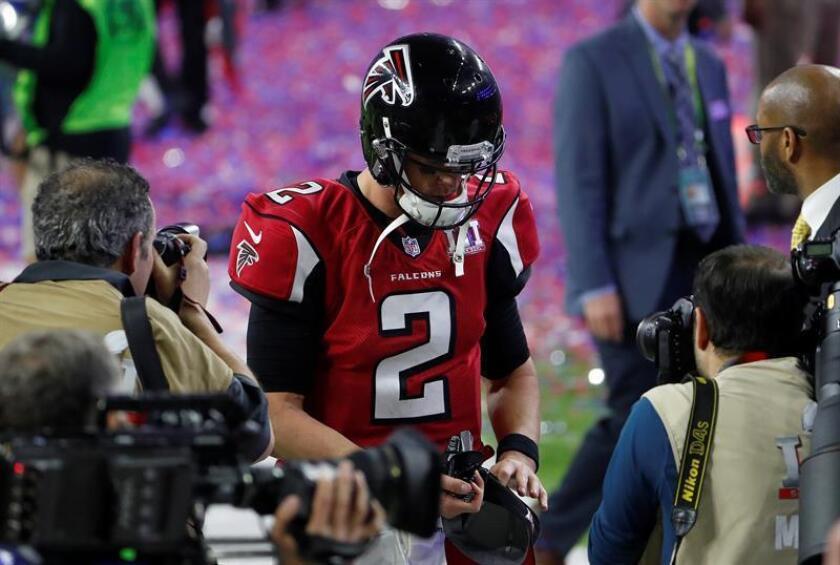 El quarterback de Atlanta Falcons, Matt Ryan deja el campo tras perder ante New England Patriots el título de Super Bowl. EFE