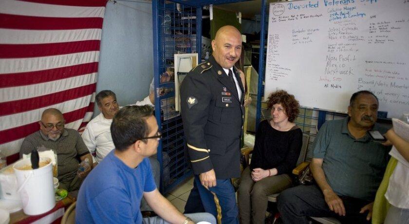 Veteranos deportados de Estados Unidos esperan para recibir atención dental en la casa de apoyo a veteranos deportados en Tijuana.