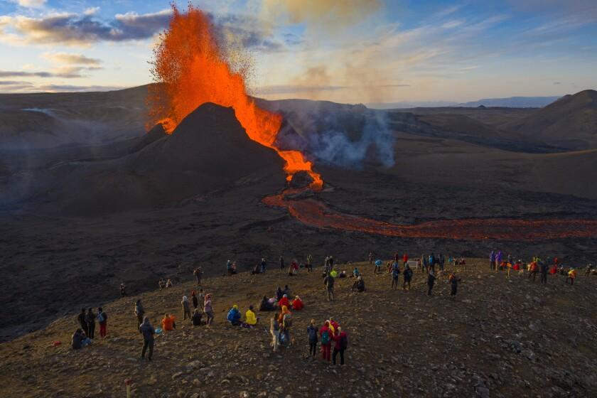 Gente mirando la erupción del volcán Fagradalsfjall, en la Península de Reykjanes Peninsula