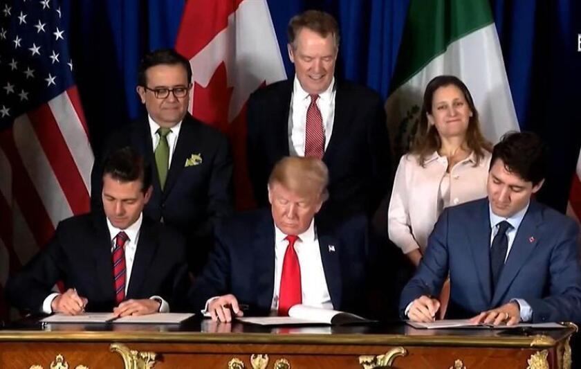 Captura de vídeo que muestra al expresidente de México, Enrique Peña Nieto (i), a su homólogo estadounidense, Donald Trump (c), y al primer ministro de Canadá, Justin Trudeau (d), mientras firman un acuerdo comercial conocido como T-MEC. EFE/Archivo