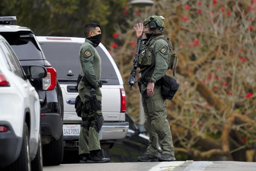 Dos agentes de policía hablan después de que un enfrentamiento de 11 horas entre los SWAT y un fugitivo
