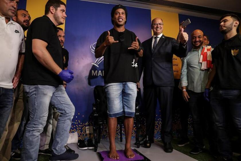 Brazilian former soccer player Ronaldinho Gaucho (C) leaves his footprint at the Maracana Stadium's sidewalk of the fame, in Rio de Janeiro, Brazil, 8 January 2018. EPA-EFE/ Antonio Lacerda