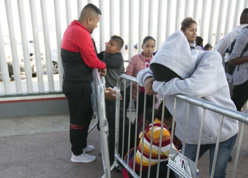 Fila de inmigrantes