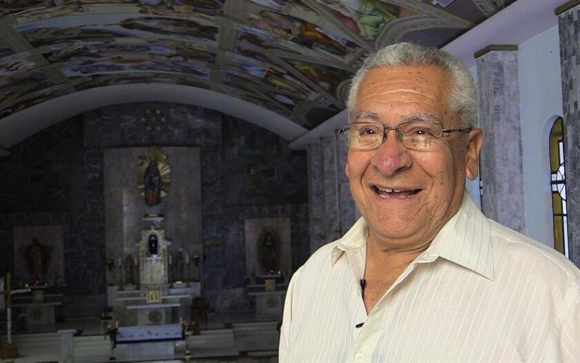 Fotografía fechada el 15 de marzo de 2018 que muestra al artista Miguel Macías durante una entrevista con Efe en Ciudad de México (México). A sus más de 70 años, Miguel Macías camina sonriente en una iglesia mientras recibe la felicitación de algunos feligreses. EFE