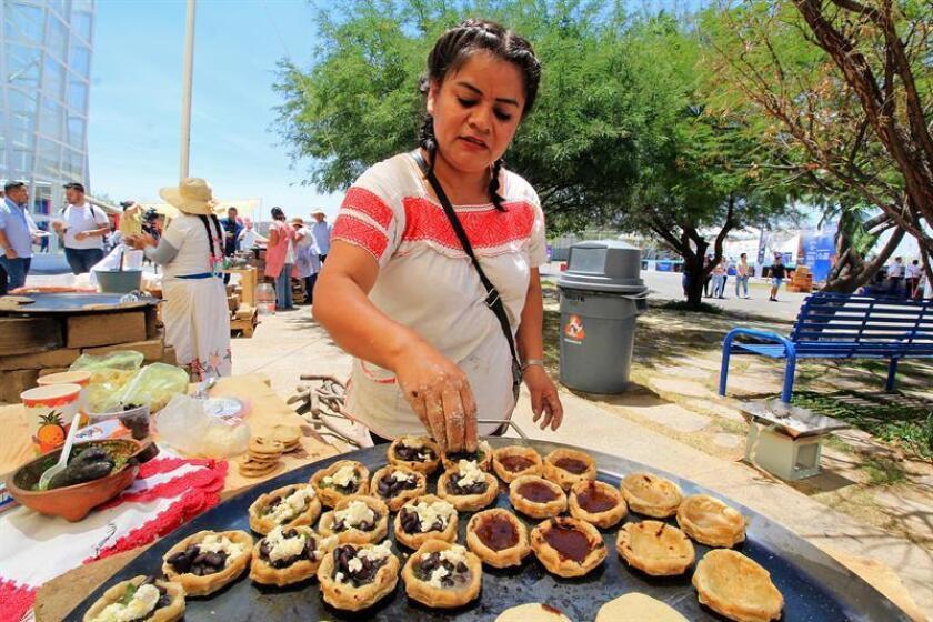 Una cocinera mexicana elabora platillos tradicionales en el marco de la Cumbre Internacional de la Gastronomía, celebrada en el estado de Guanajuato (México). EFE