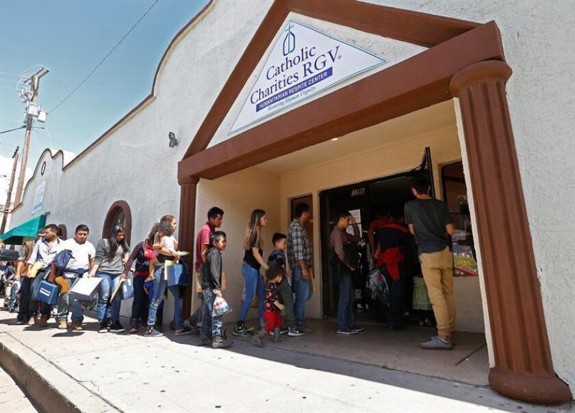 Familias migrantes ingresan a Caridades Católicas después de ser procesados en la Estación Central de Autobuses, el martes 26 de junio de 2018, McAllen, Texas (EE.UU.). EFE/Archivo
