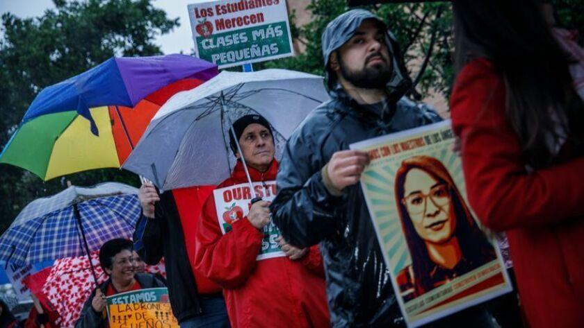 Educadores y sus partidarios participan en la huelga del LAUSD fuera de la escuela secundaria Roosevelt High School en Boyle Heights el lunes. (Marcus Yam / Los Angeles Times)