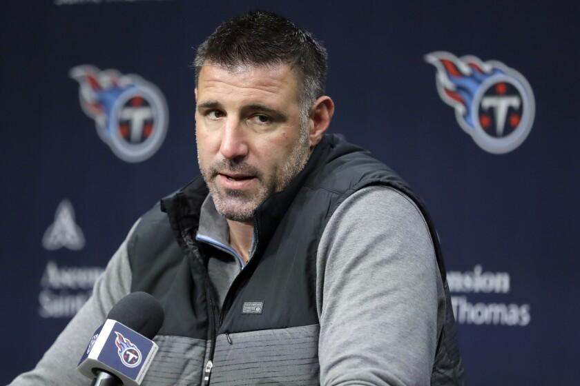 Mike Vrabel, entrenador de los Titans de Tennessee, habla durante una conferencia de prensa en Nashville, Tennessee