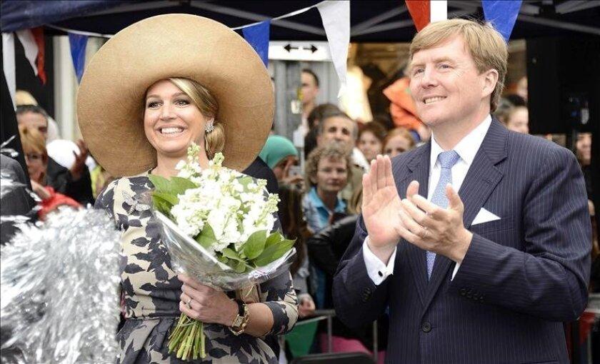 El rey Guillermo Alejandro (d) de Holanda y su esposa, la reina Máxima (i) en Utrech, la semana pasada. EFE/Archivo