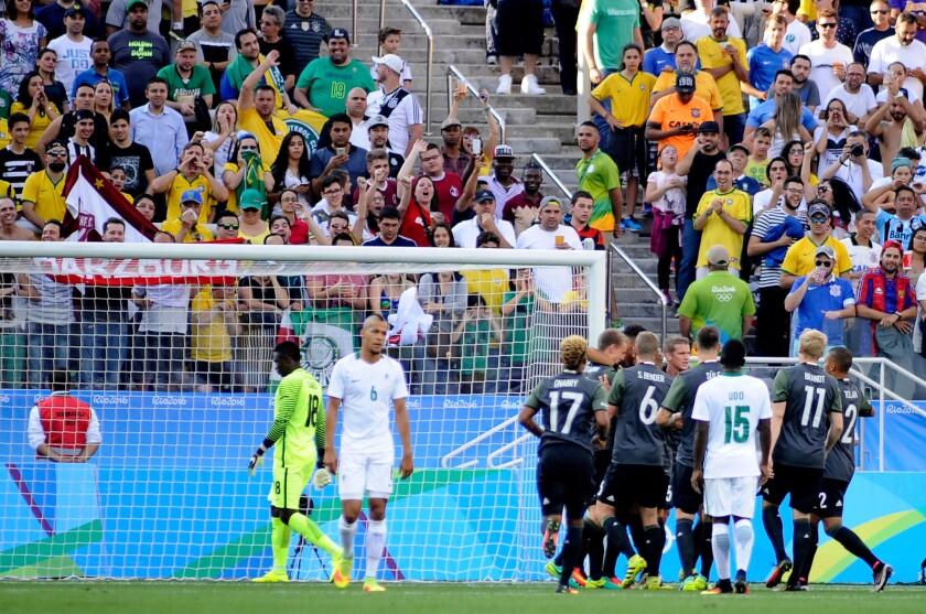 Jugadores de Alemania (d) celebran una anotación ante Nigeria hoy, miércoles 17 de agosto de 2016, durante un partido entre Alemania y Nigeria en la semifinal del torneo de fútbol masculino de los Juegos Olímpicos Río 2016, en el estadio Corinthians de Sao Paulo (Brasil).