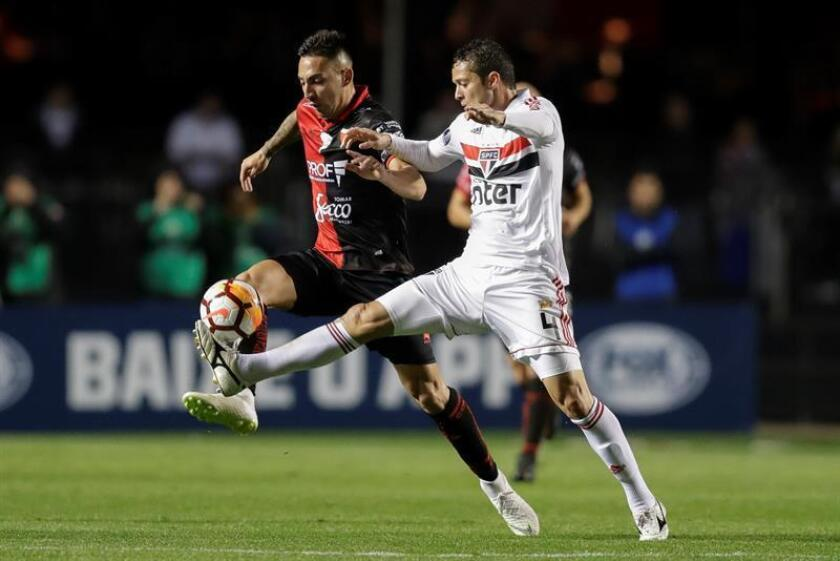 Anderson Martins (right) of Sao Paulo vies for the ball with Colon's Javier Marcelo Correa (left) during a Copa Sudamericana match on Aug. 2, 2018, in Sao Paulo. EPA-EFE/Sebastião Moreira