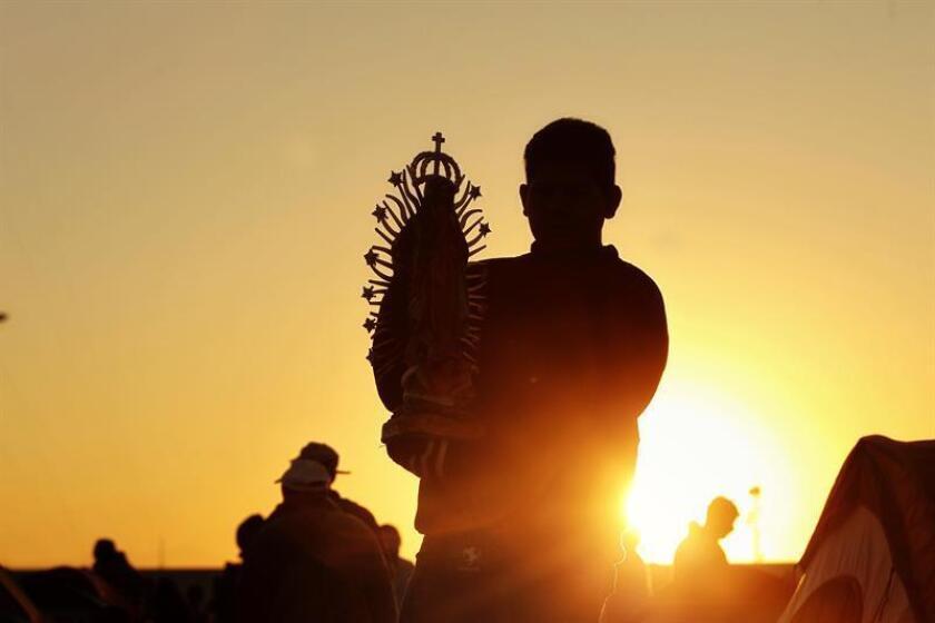 Peregrinos llegan a la Basílica de Guadalupe para la conmemoración a la virgen morena hoy, martes 12 de diciembre de 2017, en Ciudad de México (México). A la celebración, que conmemora las apariciones de la virgen morena a Juan Diego en 1531, se espera que asistan unas ocho millones de personas. EFE