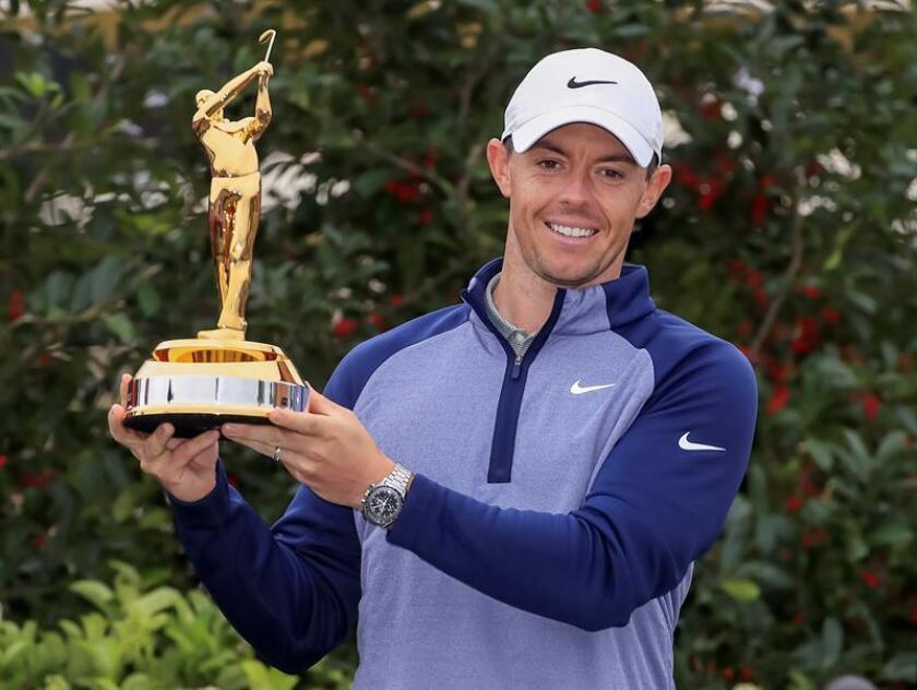 El norirlandés Rory McIlroy posa con el trofeo de campeón del torneo de golf The Players en el TPC Sawgrass de Ponte Vedra (Florida, EE.UU.). EFE