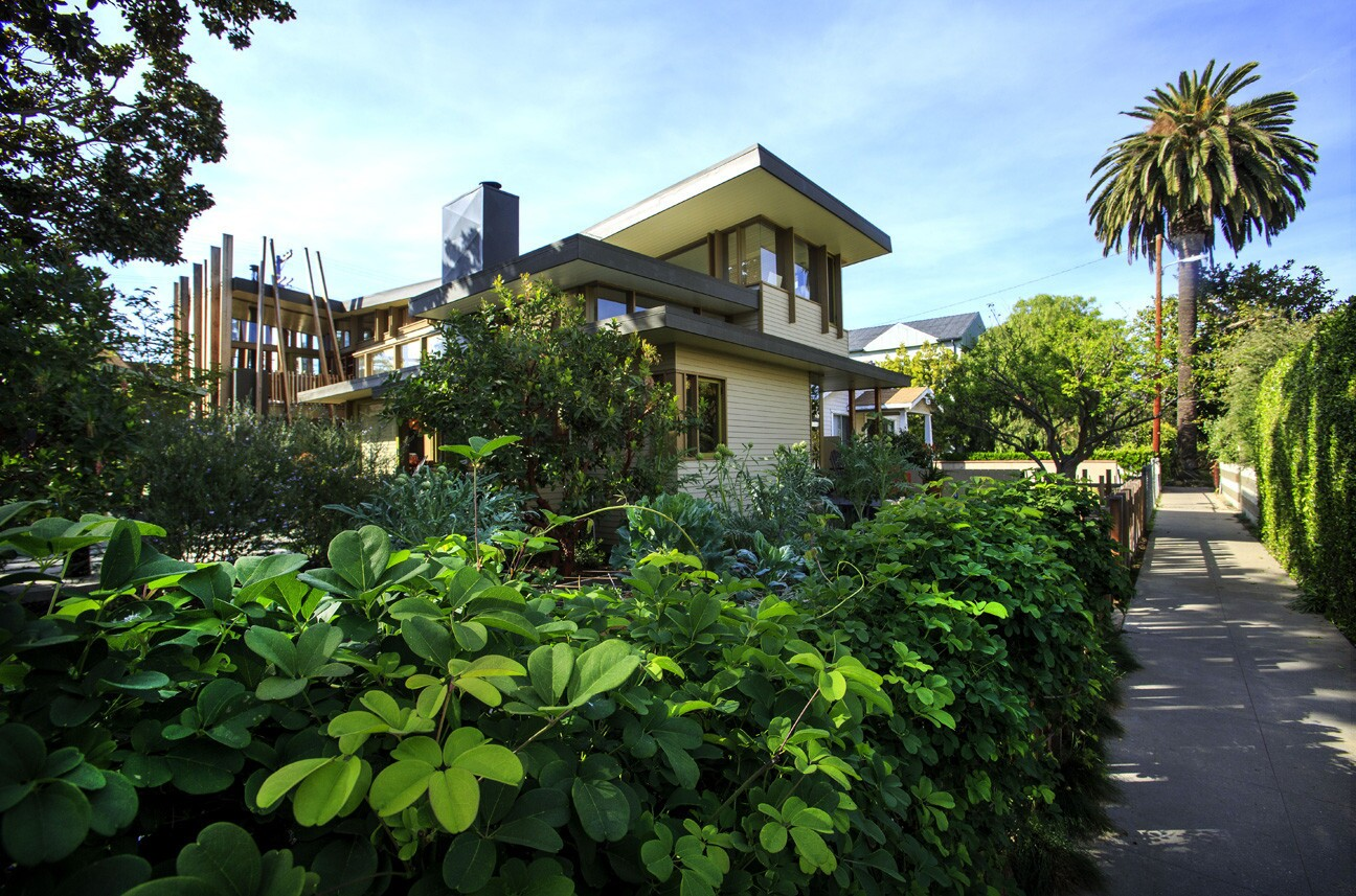 The home of architects Julie Smith-Clementi and Frank Clementi slowly reveals itself along a walk street in Venice. A vine-covered traditional wrought-iron fence transitions to a rustic picket fence. The edible garden creates a verdant buffer between pedestrians and residents.