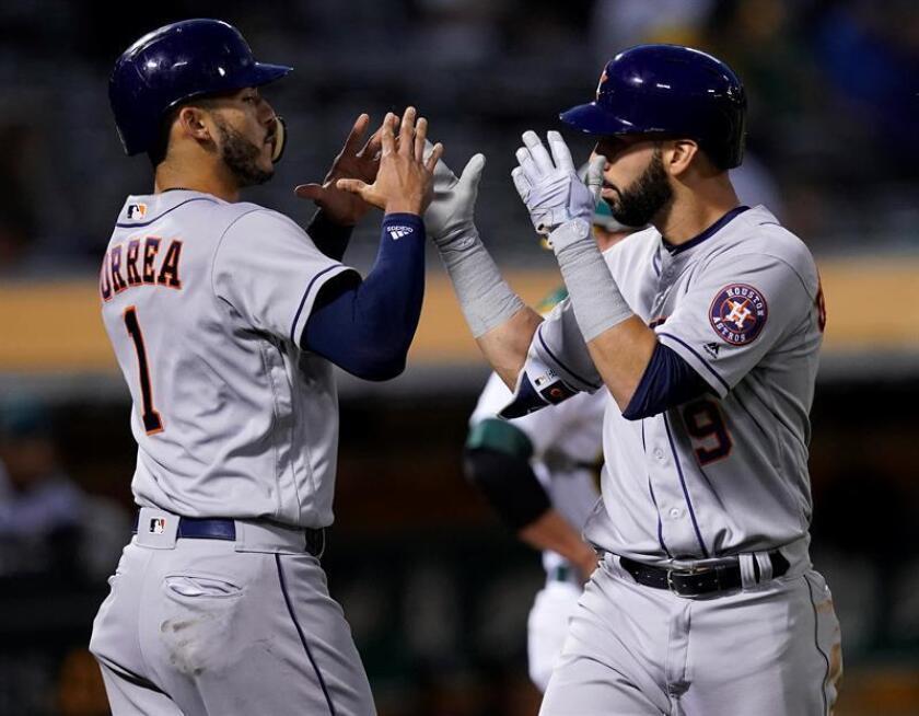 Marwin Gonzalez (d) de Astros es felicitado por Carlos Correa (i) tras batear contra Atléticos el pasado 7 de mayo, durante un juego de la MLB, entre los Atléticos Oakland y los Astros de Houston, en el Coliseo Oakland (EE.UU.). EFE