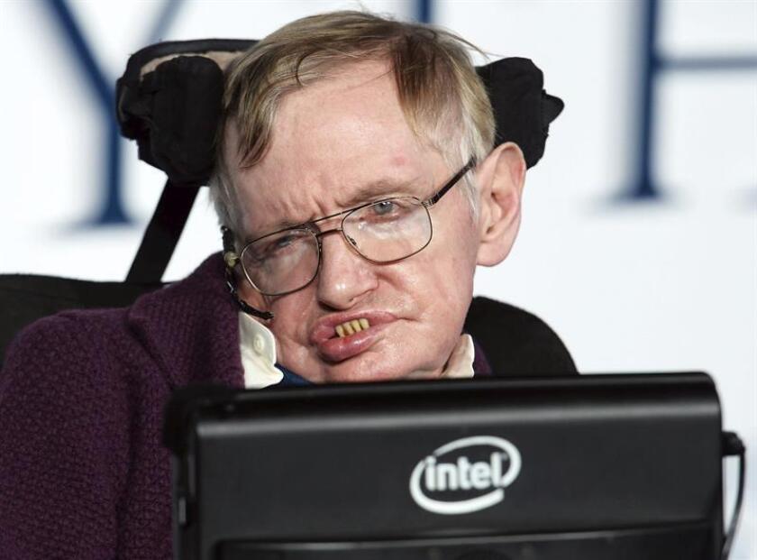 """Fotografía del físico británico Stephen Hawking en el estreno de la película """"La teoría del todo"""" en Londres (Reino Unido). El físico británico Stephen Hawking ha fallecido a los 76 años, según un tuit de la BBC que cita a un portavoz de la familia. EFE/Archivo"""