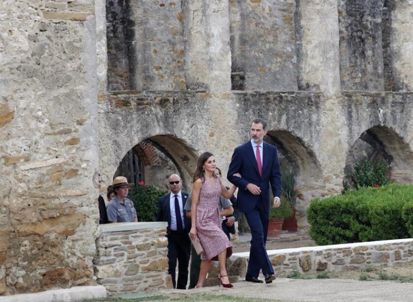 El Rey Felipe VI y la Reina Letizia, durante la visita realizada a la Misión de San José, en la ciudad tejana de San Antonio.-EFE