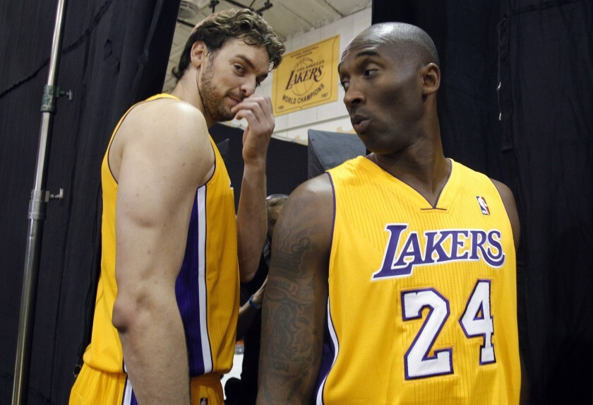 Pau Gasol (izq.) y Kobe Bryant, de los Lakers.