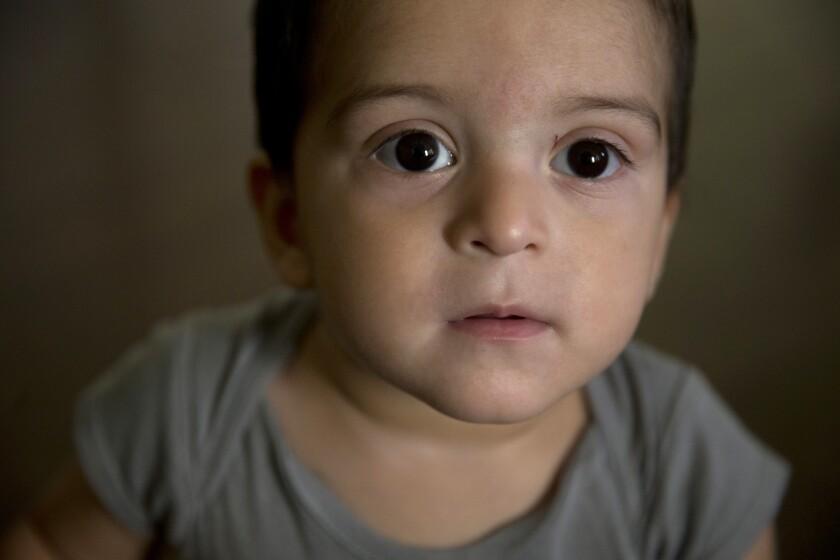Las autoridades migratorias de Estados Unidos decidieron suspender el caso de deportación del menor cuya madre adolescente recibió autorización para permanecer en el país y ha solicitado la residencia permanente.