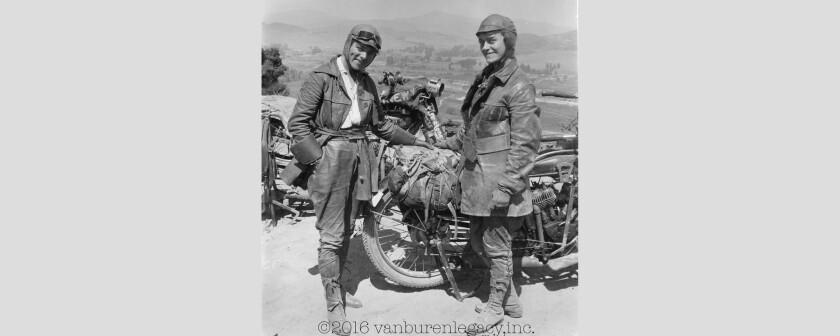 Esta foto de 1916 provista por Dan Ruderman muestra a su abuela Adeline Van Buren, derecha, y su tía abuela Augusta Van Buren, en Los Angeles durante su viaje en motocicleta a través de EEUU. Las dos intrépidas hermanas de Brooklyn hicieron una travesía extraordinaria de 4.000 millas (6.400 kilómetros) hace un siglo. (Cortesía de Dan Ruderman via AP)