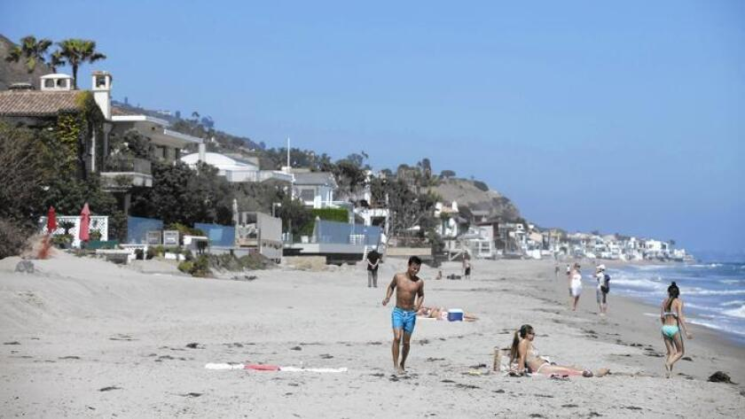 Los bañistas en la playa Carbon Beach en Malibu, donde después de una disputa de un año se ha abierto un camino público hacia la playa en la propiedad de Lisette Ackerberg.