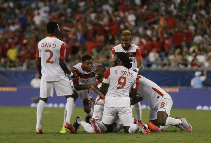 El equipo de Trinidad y Tobago celebra tras el empate histórico ante México en Copa Oro.