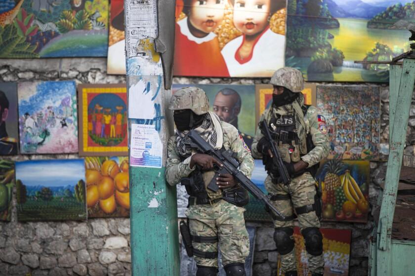 Soldados vigilan en Petion Ville, el vecindario donde vivía el presidente Jovenel Moïse, en Puerto Príncipe