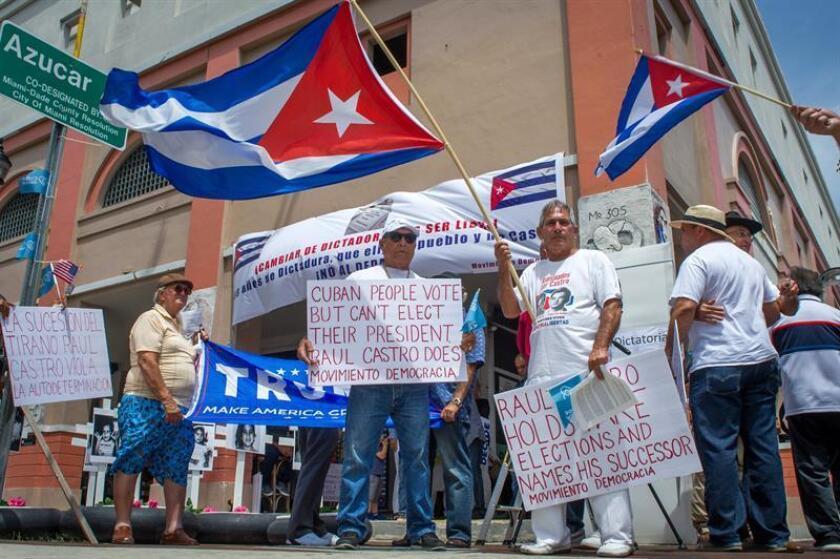 """Exiliados cubanos en Miami rechazan """"dedazo"""" y la """"sucesión dinástica"""""""