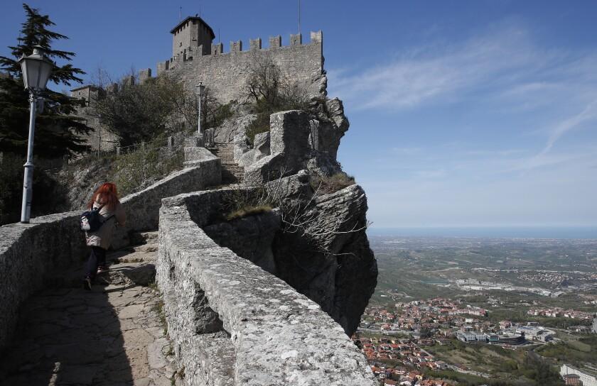 En esta imagen de archivo, tomada el 9 de abril de 2021, una mujer camina por la Ciudad Vieja de San Marino. (AP Foto/Antonio Calanni, archivo)