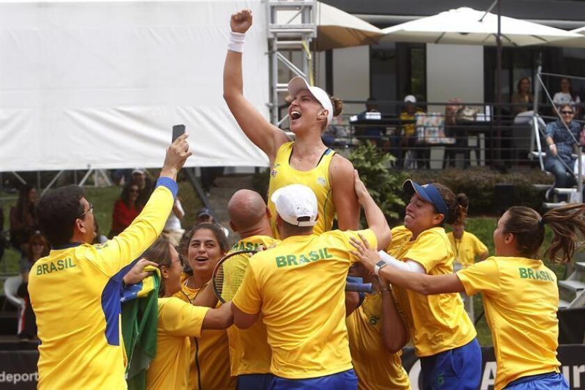 La tenista brasileña Beatriz Haddad celebra luego de ganar ante la paraguaya Verónica Cepede durante un partido de la final de la Zona Americana de la Fed Cup este sábado, en Rionegro (Colombia). EFE