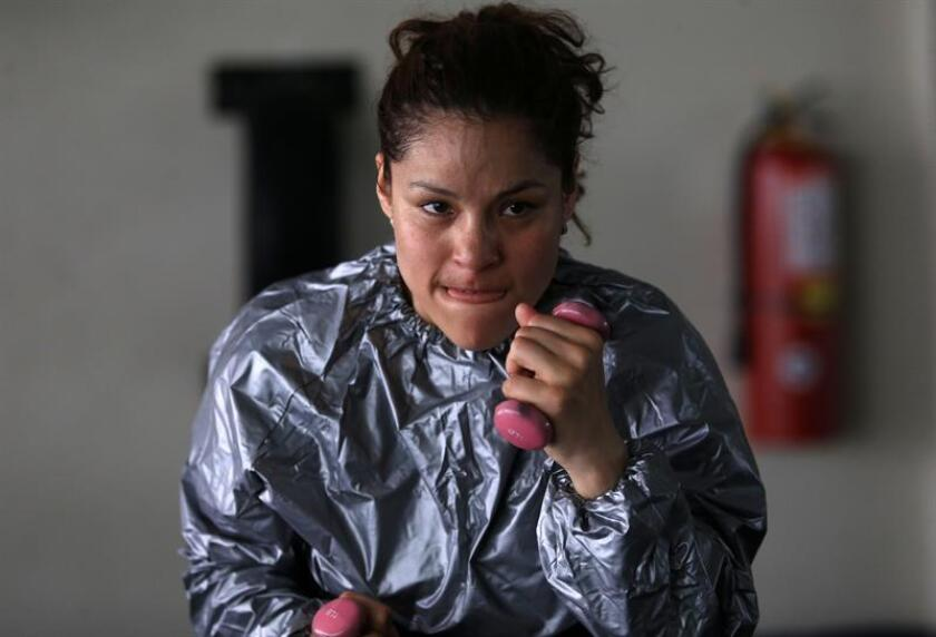 En la imagen, la boxeadora peruana Linda Lecca. EFE/Archivo