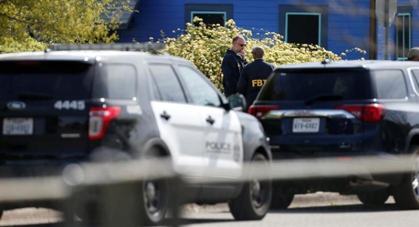 Agentes del FBI investigan en la casa del sospechoso de los ataques en Austin, Mark Anthony Conditt, el miércoles 21 de marzo de 2018, en Round Rock, Texas (EE.UU.). EFE/Archivo