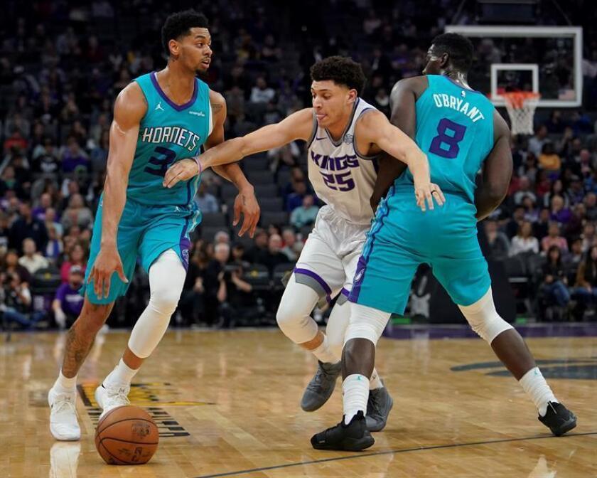 Los jugadores de los Hornets Jeremy Lamb (i) y Johnny O'Bryant III (d) luchan por el balón con Justin Jackson (c) de los Kings, durante el partido de la NBA entre Charlotte Hornets y los Sacramento Kings en el Golden 1 Center en Sacramento, California (EE.UU.). EFE