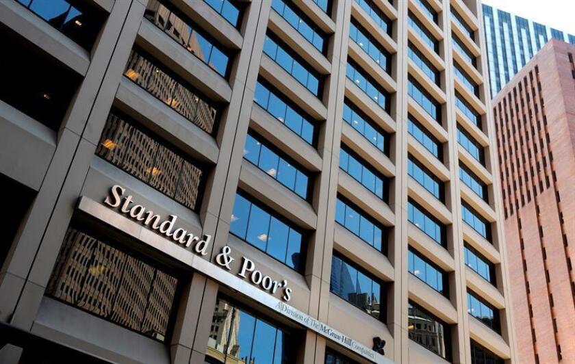 S&P rebajó este lunes la calificación de International Business Machines (IBM) a A, desde A +, después del anuncio de la adquisición por parte del grupo informático de Red Hat, líder mundial de software de código abierto en la nube, por un valor de 34.000 millones de dólares. EFE/Archivo