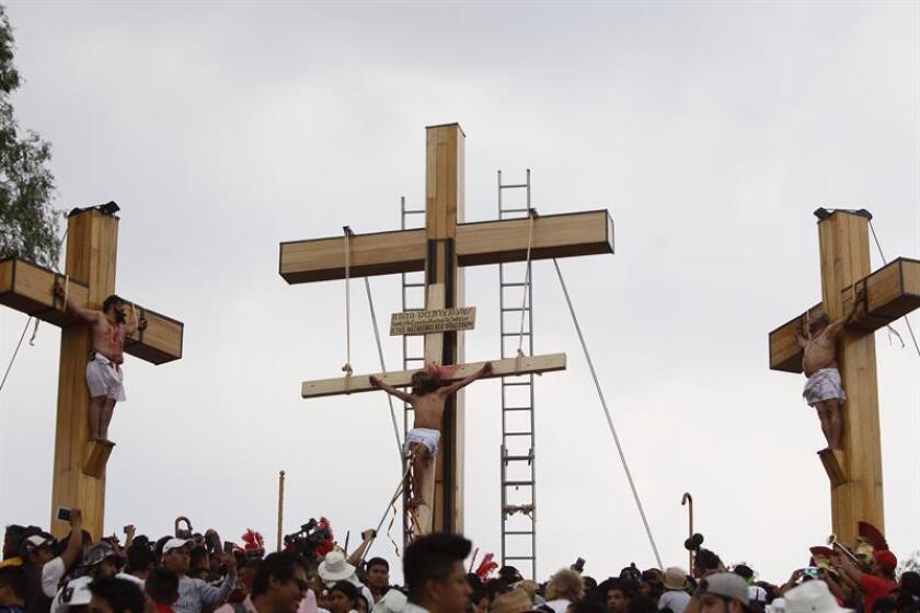 Católicos participan en la representación de la Pasión de Cristo hoy, viernes 30 de marzo de 2018, en Iztapalapa, Ciudad de México (México). EFE