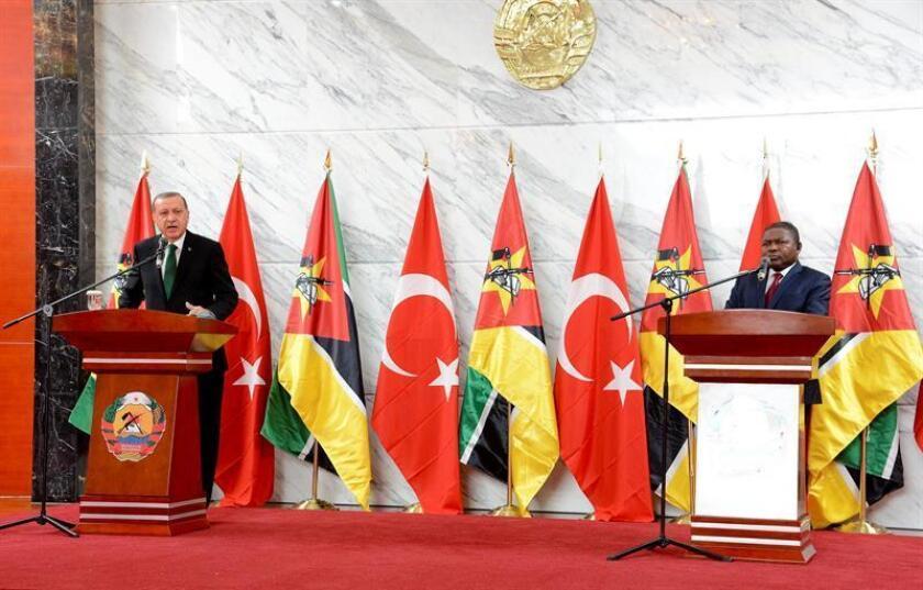 El presidente de Mozambique, Filipe Nyusi (d), y su homólogo de Turquía, Recep Tayyip Erdogan (d), ofrecen un discurso tras la firma de unos acuerdos bilaterales en Maputo, Mozambique, el 24 de enero de 2017. EFE/Archivo