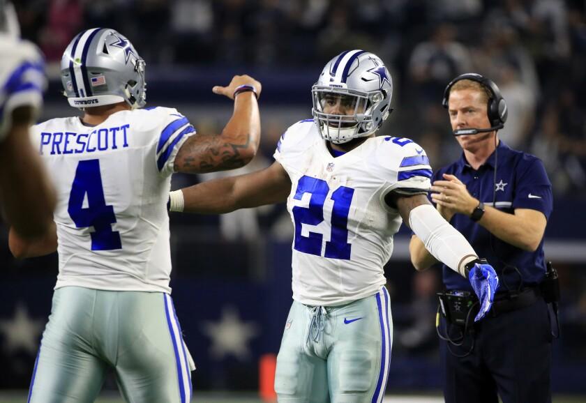 Dak Prescott, quarterback de los Cowboys de Dallas, es felicitado por el corredor Ezekiel Elliott, luego de acarrer el ovoide hasta la zona de anotación en el encuentro del domingo 18 de diciembre de 2016, ante los Buccaneers de Tampa Bay (AP Foto/Ron Jenkins)