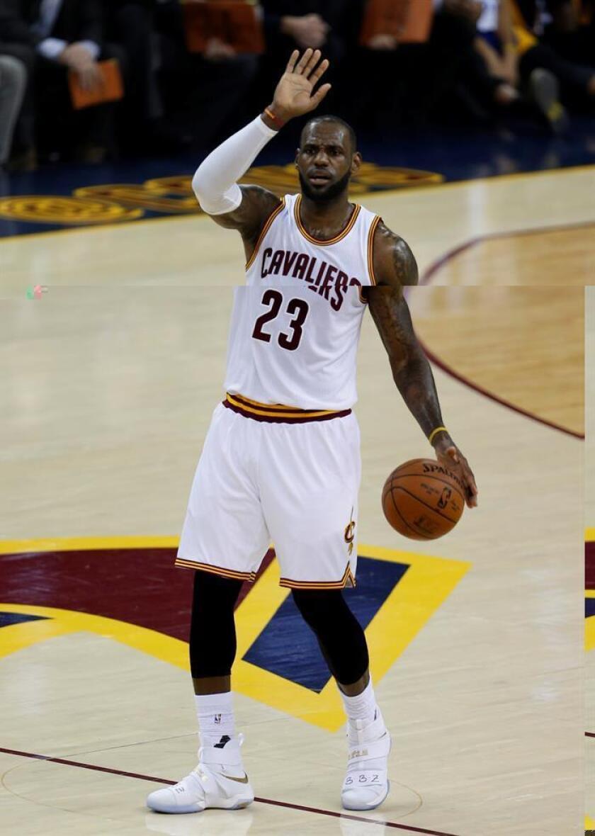 James, protagonista de la temporada 2015-2016 en la conquista del primer título de la NBA para la ciudad de Cleveland, obtuvo el mismo previo en 2012, lo que lo convierte en el segundo deportista que lo logra. El primero fue el golfista Tiger Woods. EFE/Archivo