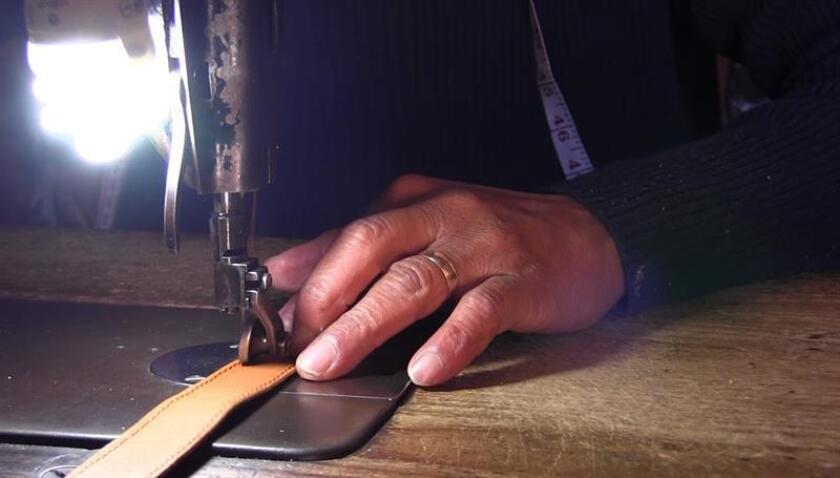 El talabartero mexicano Ricardo Bolom Moxan trabaja en su taller de talabartería hoy, viernes 16 de marzo de 2018, en San Cristobal de las Casas, estado de Chiapas (México). EFE