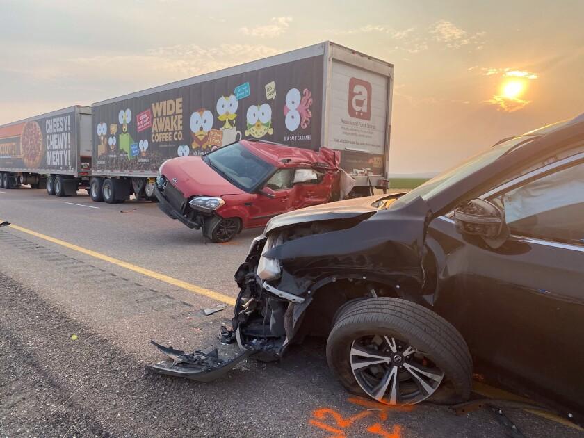 En esta fotografía proporcionada por la Patrulla de Caminos de Utah se muestran varios vehículos que estuvieron involucrados en un accidente múltiple, el domingo 25 de julio de 2021, cerca de la localidad de Kanosh, Utah. (Patrulla de Caminos de Utah vía AP)