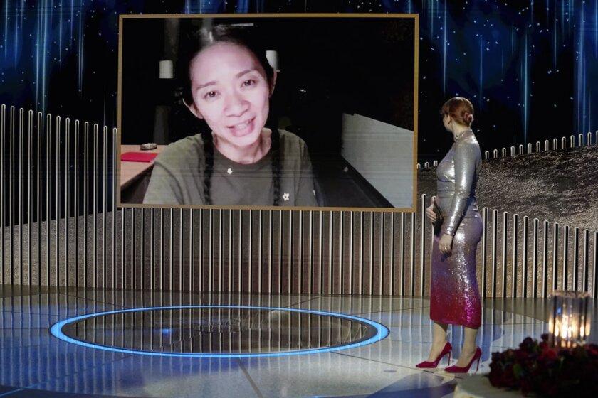 """Chloe Zhao acepta el premio al mejor director por """"Nomadland"""""""