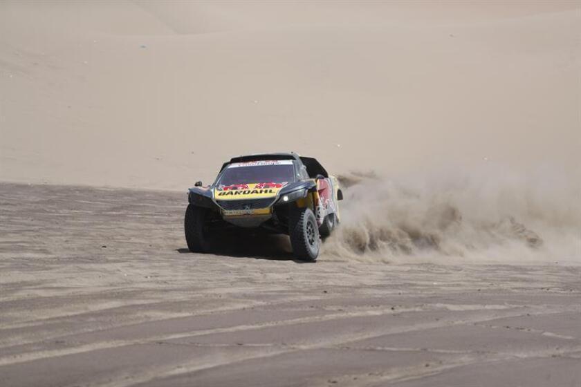 El piloto francés Sebastien Loeb (Peugeot) corre la sexta etapa del Rally Dakar 2019 hoy, entre Arequipa y San Juan de Marcona (Perú). EFE