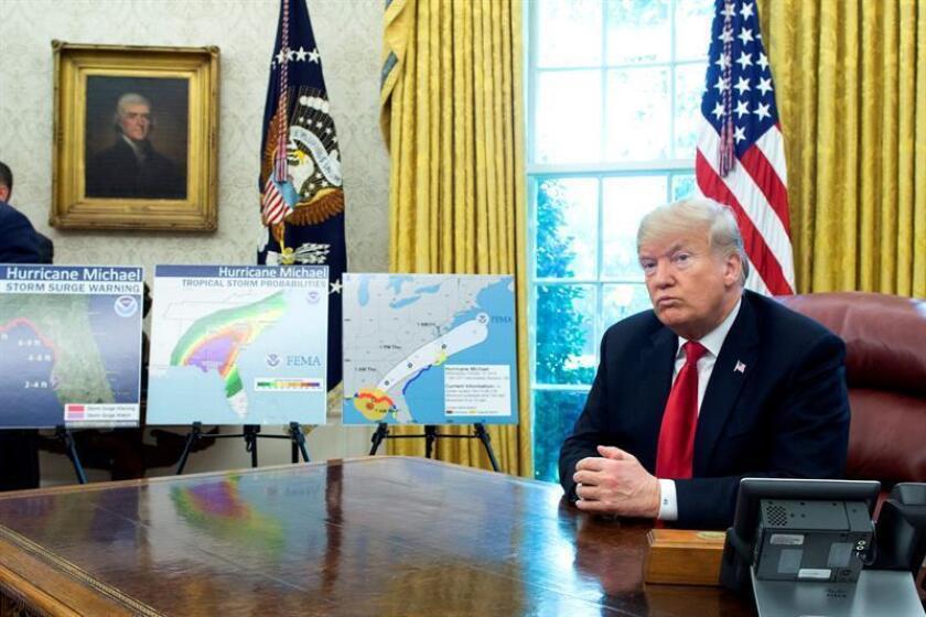 El presidente estadounidense, Donald J. Trump, ofrece declaraciones a la prensa sobre el huracán Michael en el Despacho Oval de la Casa Blanca, Washington D.C (Estados Unidos) hoy, 10 de octubre del 2018. EFE