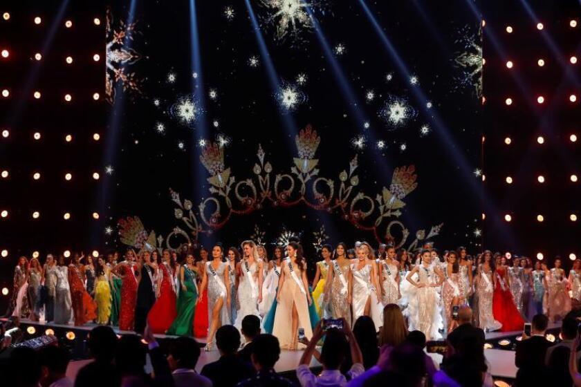 Las candidata posan con traje de noche durante la ronda preliminar de Miss Universo 2018, en Bangkok, el pasado jueves. EFE